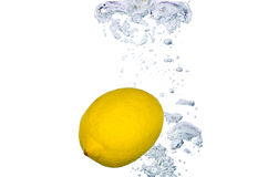 Limone in acqua Fotografie Stock