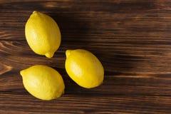 Limone giallo fresco sulla tavola di legno marrone Fotografia Stock Libera da Diritti