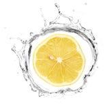 Limone giallo nella spruzzata dell'acqua Fotografia Stock