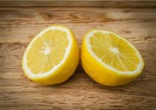 Limone giallo su fondo di legno Fotografia Stock
