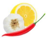Limone giallo succoso con un peperoncino e un aglio rossi Fotografie Stock Libere da Diritti