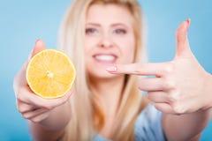 Limone o arancia della frutta della tenuta della donna Fotografia Stock
