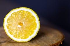 Limone su un supporto di legno immagini stock libere da diritti