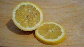 Limone su una tavola di legno Immagine Stock Libera da Diritti