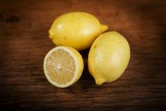Limone su una tavola di legno Fotografie Stock