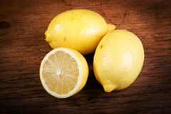 Limone su una tavola di legno Fotografia Stock