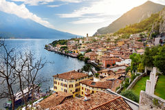 Limone sul加尔达,一个小镇和comune美丽的景色在布雷西亚省,在伦巴第,意大利 库存图片