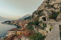 Limone sul加尔达,在日出期间的意大利 免版税库存照片