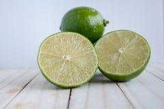 Limone sul floo di legno Immagine Stock