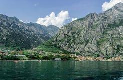 Limone Sul Garda en el fondo de montañas costeras imagen de archivo