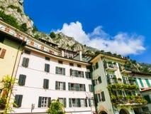 Limone sul Garda Włochy, Wrzesień, - 21, 2014: Góry z domami Zdjęcia Stock