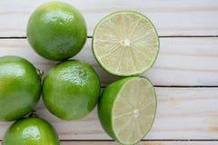 Limone sul pavimento di legno Fotografie Stock