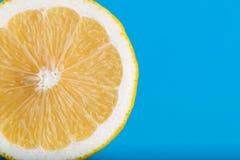 Limone tagliato dentro a metà Fotografia Stock