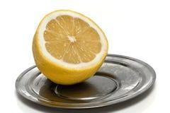 Limone tagliato sul piattino del metallo Immagini Stock Libere da Diritti