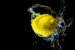Limone in uno spruzzo di acqua Fotografia Stock