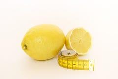 Limones amarillos con medida Fotografía de archivo