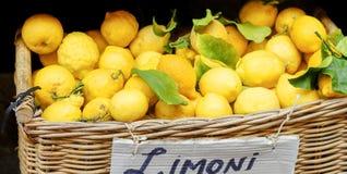 Limones amarillos en cesta en mercado Fotos de archivo libres de regalías