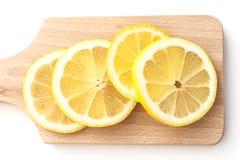Limones cortados en tabla de cortar Imagen de archivo libre de regalías