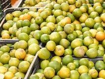 Limones de la fruta cítrica en cajas en un mercado Foto de archivo libre de regalías
