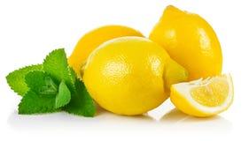 Limones de la fruta fresca en la sección con la hoja Imagen de archivo