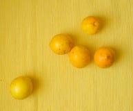 Limones dispersados Fotos de archivo libres de regalías