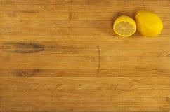 Limones en bloque de carnicero gastado Imagenes de archivo
