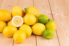 Limones en el piso de madera Fotografía de archivo
