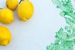 Limones en la superficie de cerámica Fotos de archivo