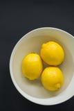 Limones en un cuenco Imágenes de archivo libres de regalías