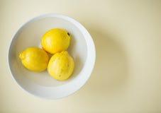 Limones en un cuenco Imagenes de archivo