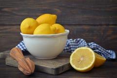 Limones en un cuenco blanco Imagen de archivo