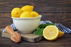 Limones en un cuenco blanco Fotos de archivo