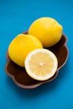 Limones en un cuenco de madera Imagen de archivo