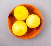 Limones en un cuenco de madera Fotografía de archivo