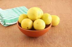 Limones en un cuenco de tierra Fotos de archivo libres de regalías