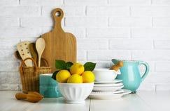 Limones en un cuenco en la tabla Imagen de archivo