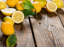Limones en un tabble Imagen de archivo libre de regalías