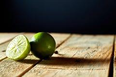 Limones en un tablero de madera Imagen de archivo libre de regalías