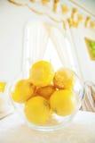 Limones en un tazón de fuente Foto de archivo libre de regalías