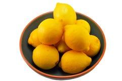 Limones en un tazón de fuente Fotos de archivo