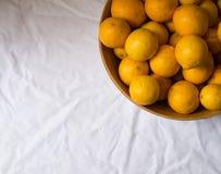 Limones en un tazón de fuente Imagen de archivo libre de regalías