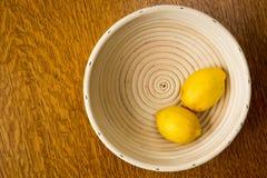 Limones en un tazón de fuente Fotografía de archivo libre de regalías