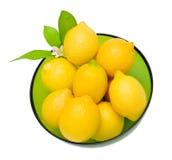 Limones en un tazón de fuente imágenes de archivo libres de regalías