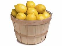 Limones en una cesta de madera Imagen de archivo libre de regalías