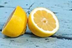Limones en una superficie de madera Fotos de archivo libres de regalías