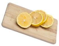 Limones frescos del corte en la tarjeta de corte fotografía de archivo