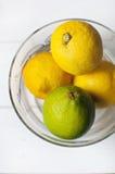 Limones frescos en bol de vidrio Imagenes de archivo