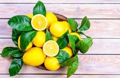 Limones frescos en placa Fotografía de archivo