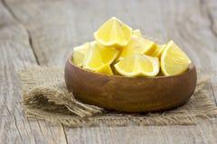 Limones frescos en un cuenco Imagen de archivo