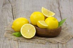 Limones frescos en un cuenco Imagen de archivo libre de regalías